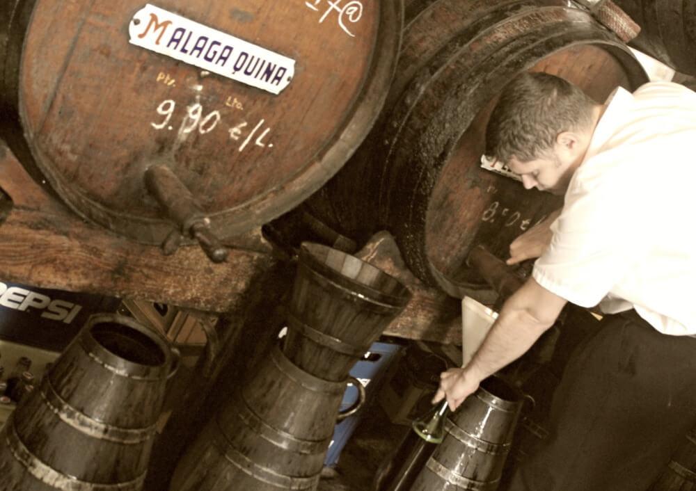 Rellenando vino casero - Málaga con solera