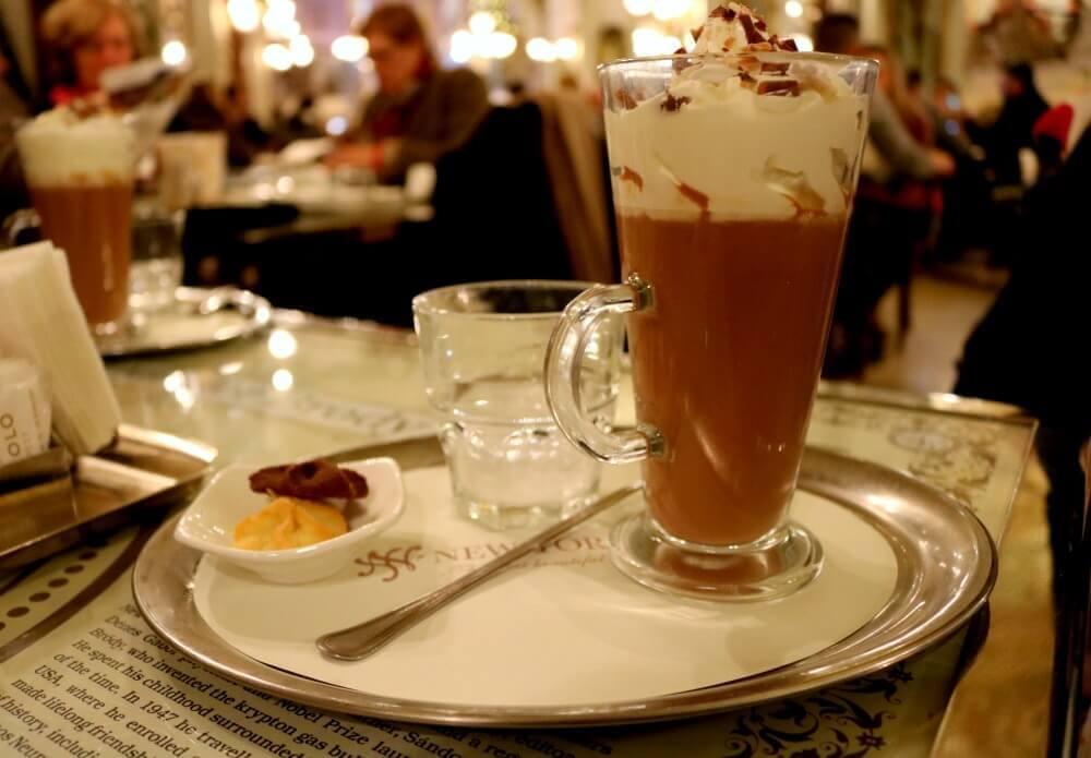 Chocolate caliente en el New York Café de Budapest - cuesta siete euros