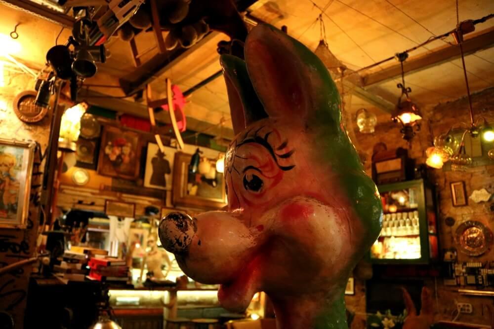Personajes del ruin pub más famoso de Budapest