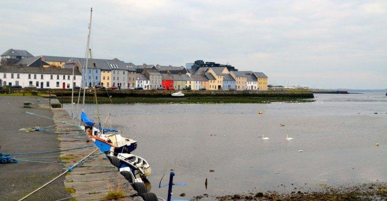 Puerto de Galway con casas de colores