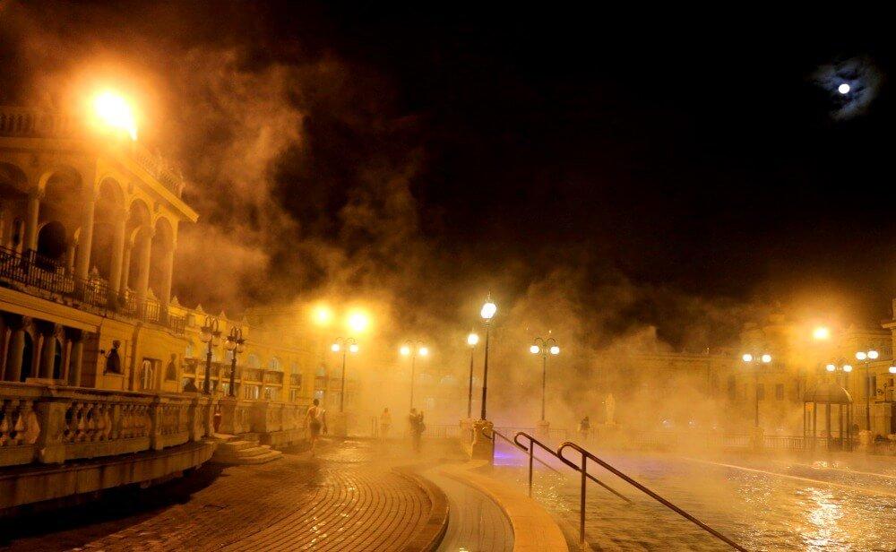 Los vapores del balneario de Széchenyi de noche