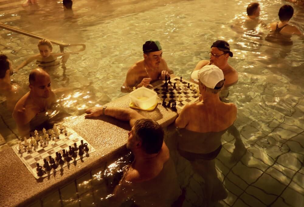 Húngaros jugando al ajedrez en las termas de Széchenyi