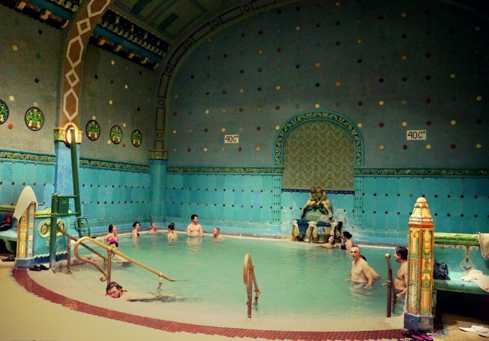 Piscina interior caliente en los Baños Gellert - Mejores balnearios de Budapest