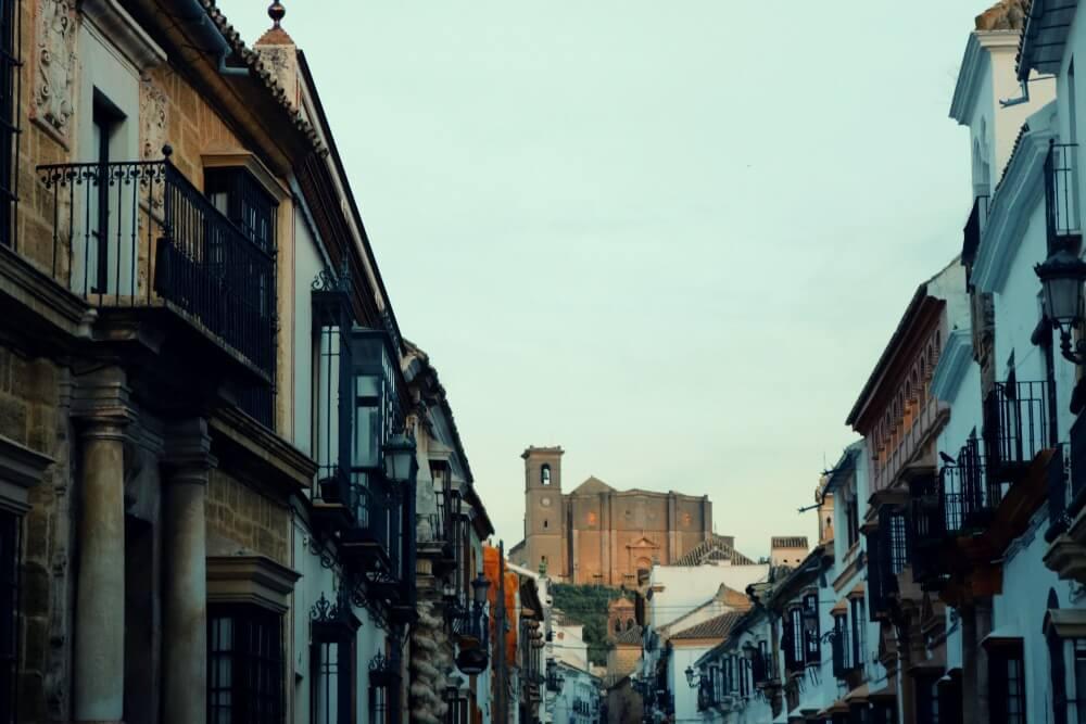 Una de las calles más bonitas de la ciudad con palacios e iglesias