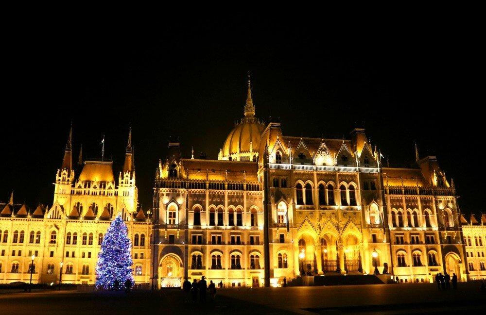 Parlamento de Budapest dorado por la noche