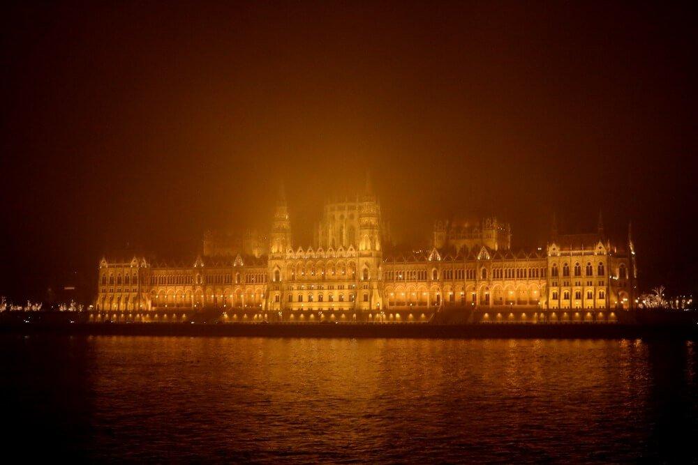 Parlamento de Budapest entre la bruma nocturna