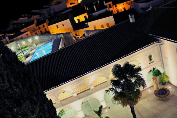 Claustro y piscina del Hotel Convento