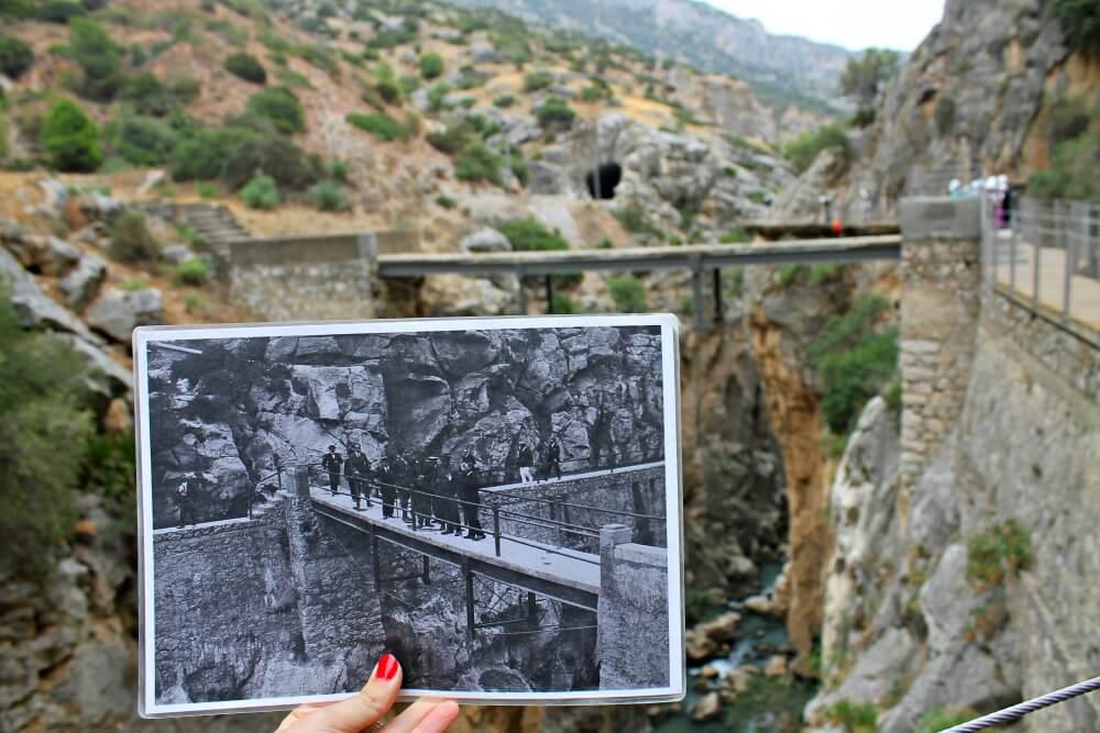 Foto antigua atravesando uno de los puentes de El Caminito del Rey