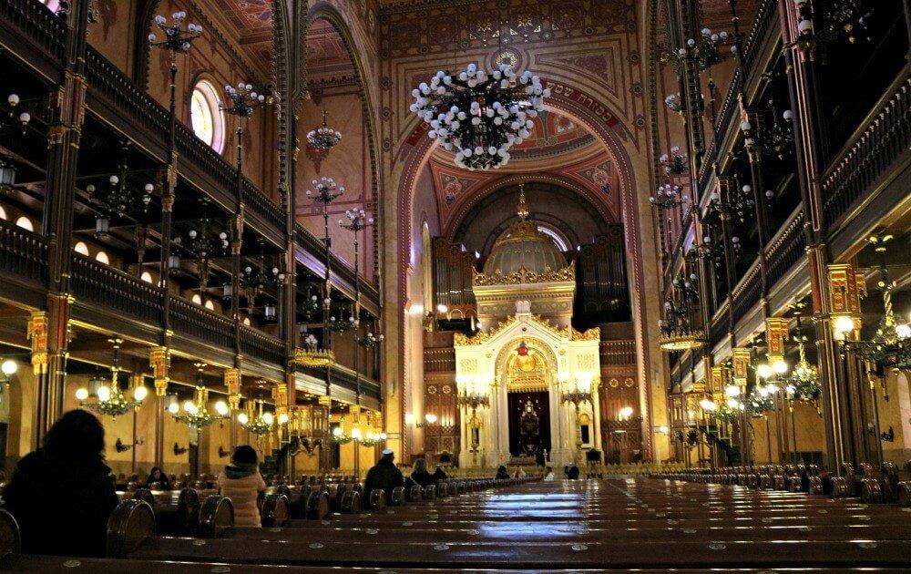 Fieles en la Sinagoga de Budapest