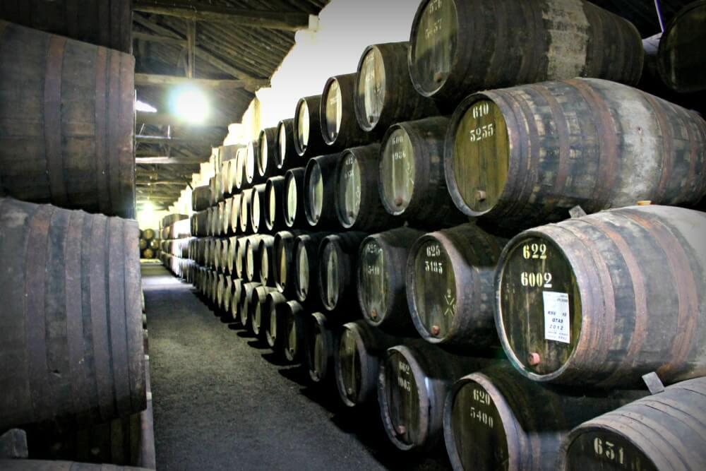 Barriles de vino de Oporto en las Bodegas Croft