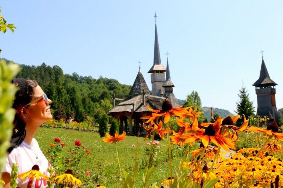 Flores en el Monasterio de Barsana - Iglesias de madera de Maramures en Rumanía