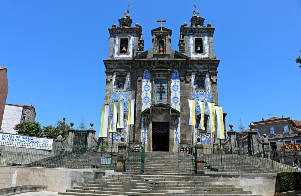 Iglesia de San Ildefonso en alto, en blanco y azul