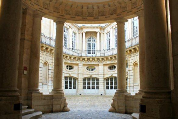 Patio del Hotel de Beauvais en París