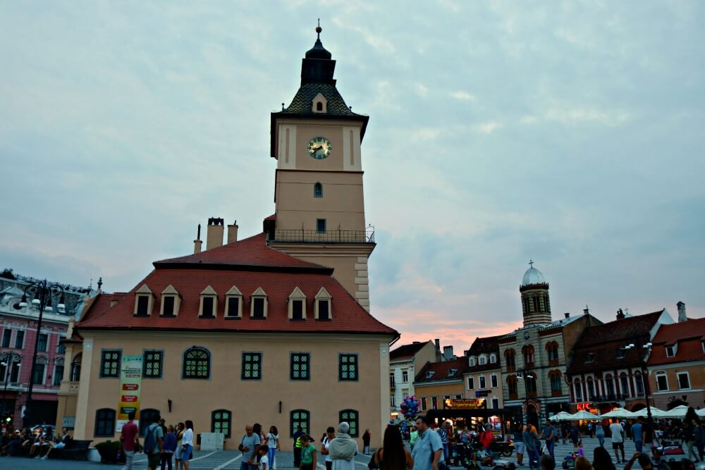 Atardecer en la Plaza Sfatului de Brasov