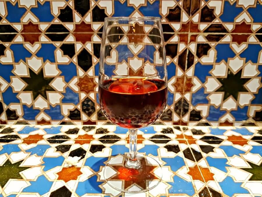 Catavino y azulejos en el Restaurante Los Portales - Comer en El Puerto