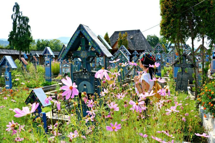 Cementerio Alegre de Sapanta con flores de colores