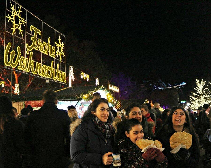 Langos y glüwhein en el mercado navideño de Viena