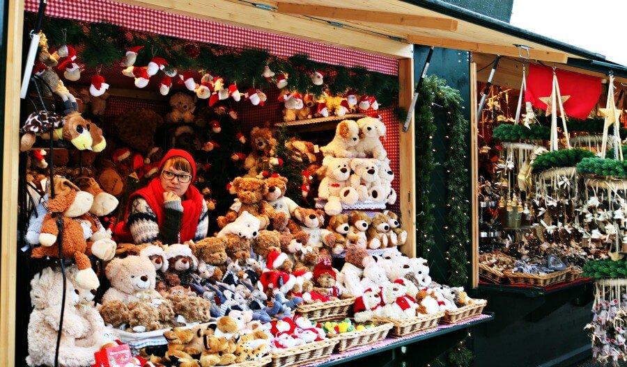 Puesto con ositos de peluches en el mercado navideño de Schönbrunn