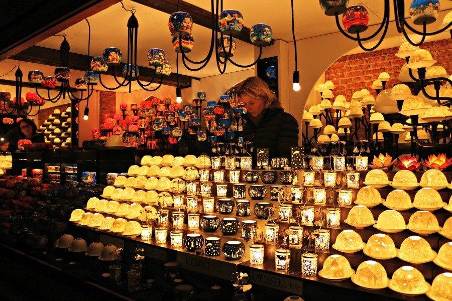 Puesto de velas en el mercado navideño de Viena