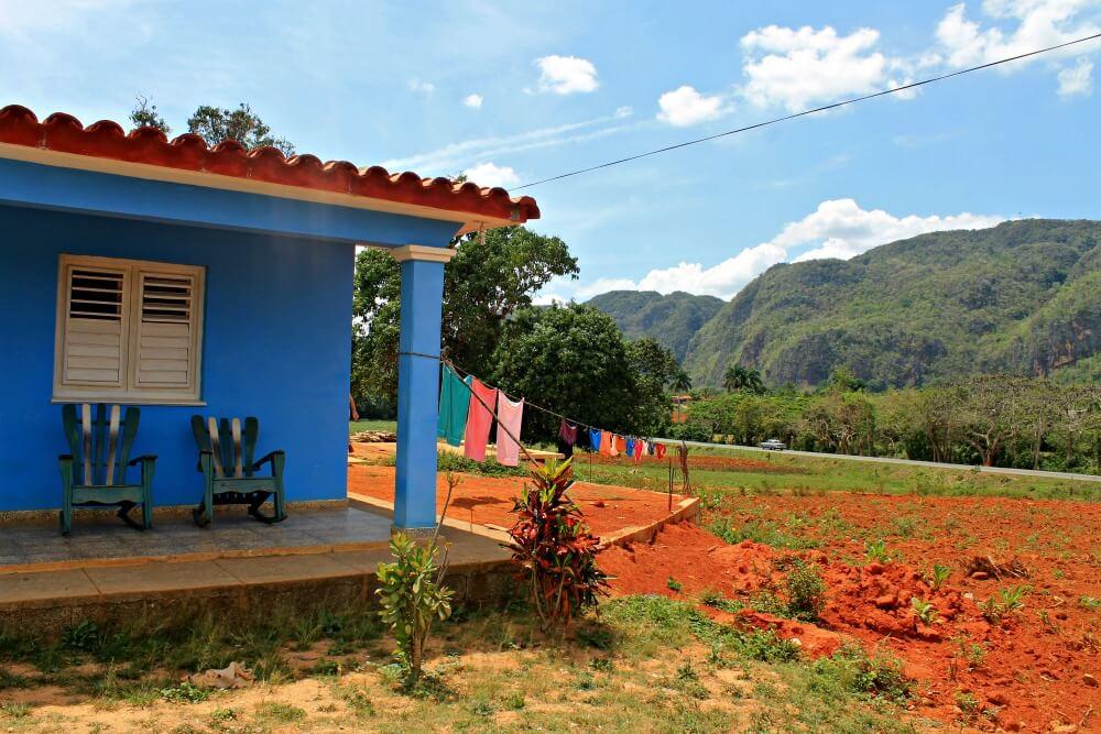 Casa y ropa tendida en el Valle de Viñales