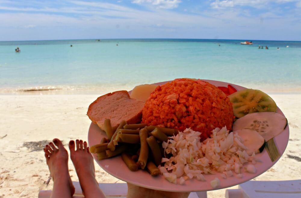 Arroz con marisco en la orilla en Cayo Jutías