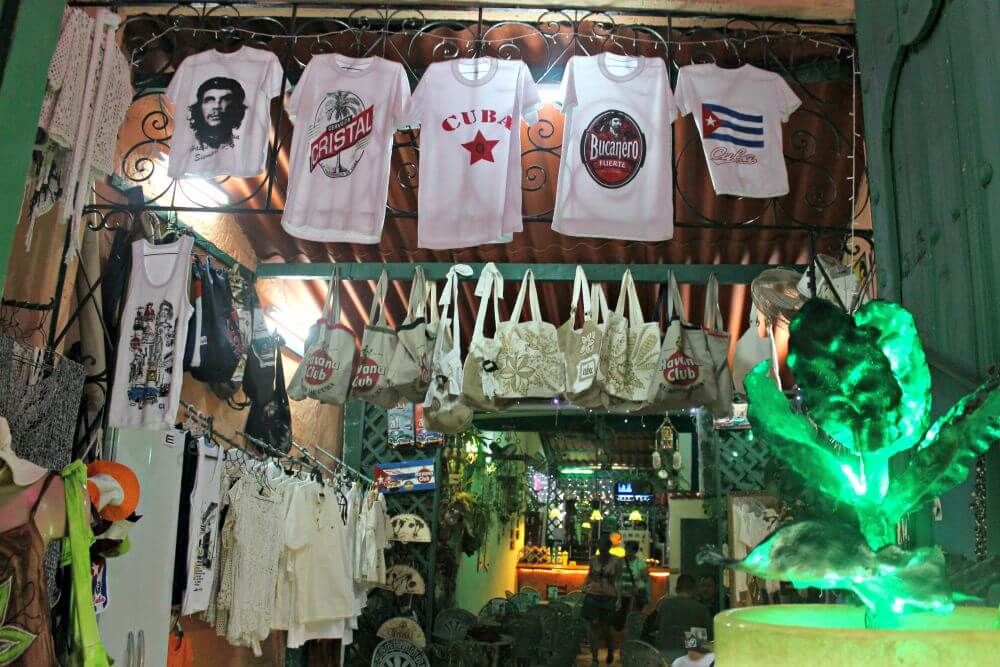 Camisetas cubanas en un bar