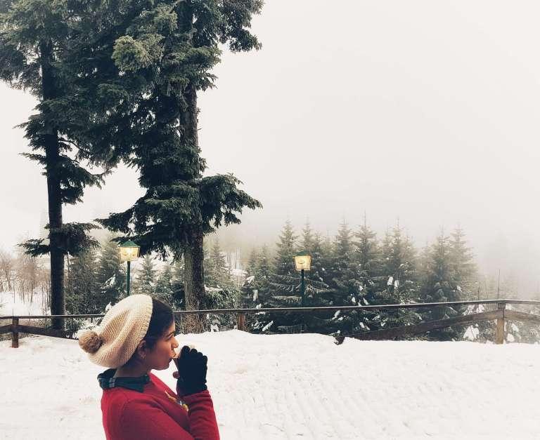 Claudia bebiendo té en la nieve