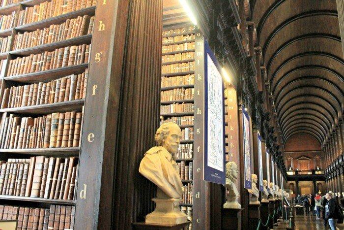 Libros y más libros en la biblioteca de Trinity College en Dublin