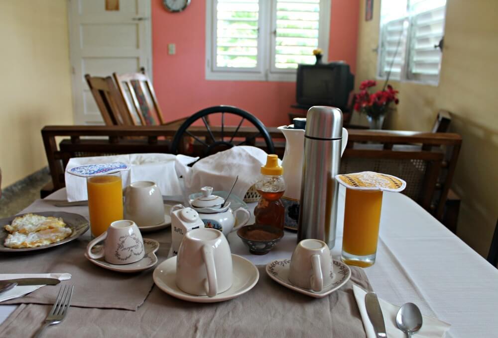 Mesa preparada con el desayuno en casa de Enca y Tony en Viñales