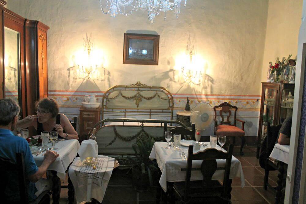 Nuestra mesa del restaurante, dentro del dormitorio