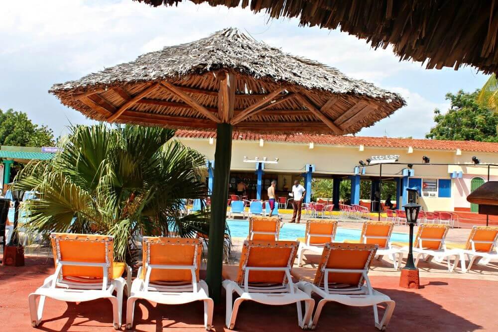 Piscina y tumbonas del Hotel Playa Ancón