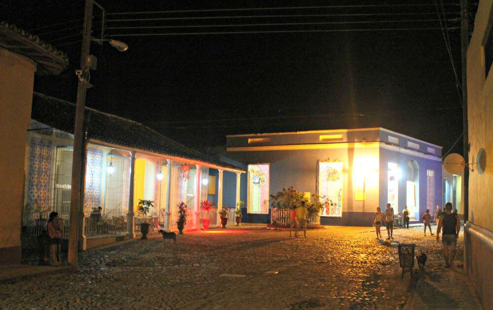 Trinidad conserva sus colores hasta de noche