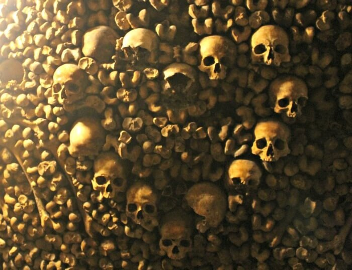 Corazón hecho de cráneos en las Catacumbas de París
