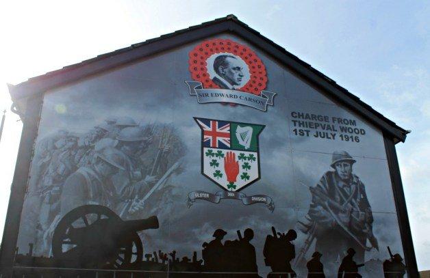 Mural de Belfast con soldados y amapolas