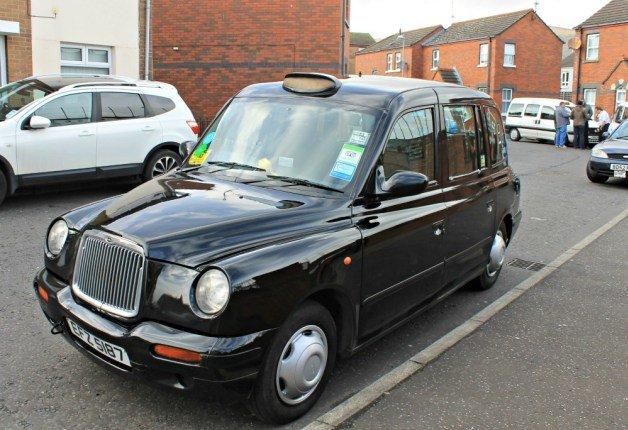 Taxi negro en Belfast para la ruta