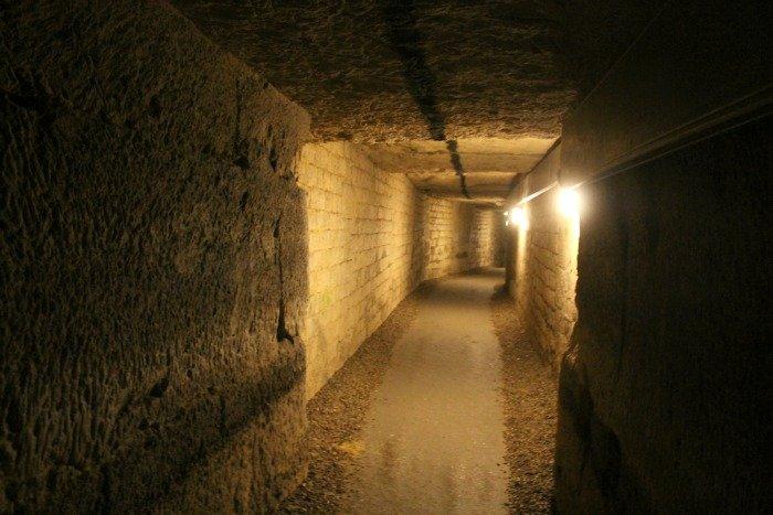 Túneles de París con referencias en el techo