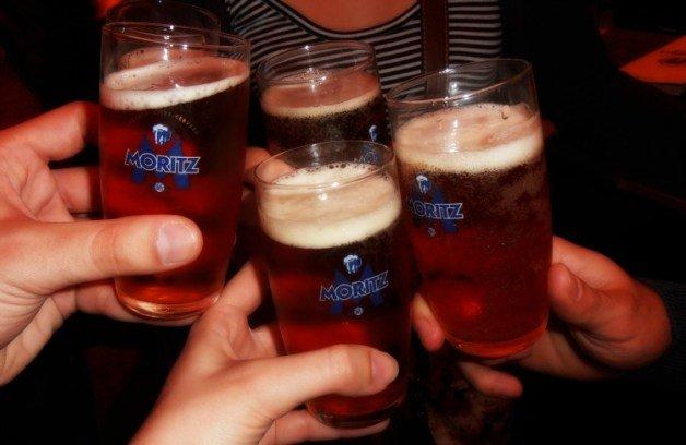 Brindando con Moritz, la cerveza de Barcelona