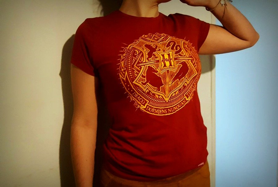 Claudia con su camiseta de Hogwarts - Harry Potter