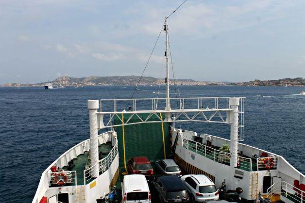 Coches en el barco de camino a La Maddalena