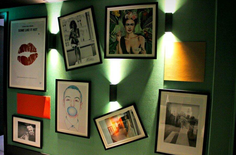 Cuadros decorando las paredes del hotel The Albus - Alojamiento en Ámsterdam