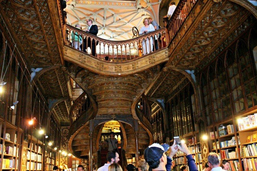 Escaleras de la librería de Harry Potter en Oporto, la Librería Lello