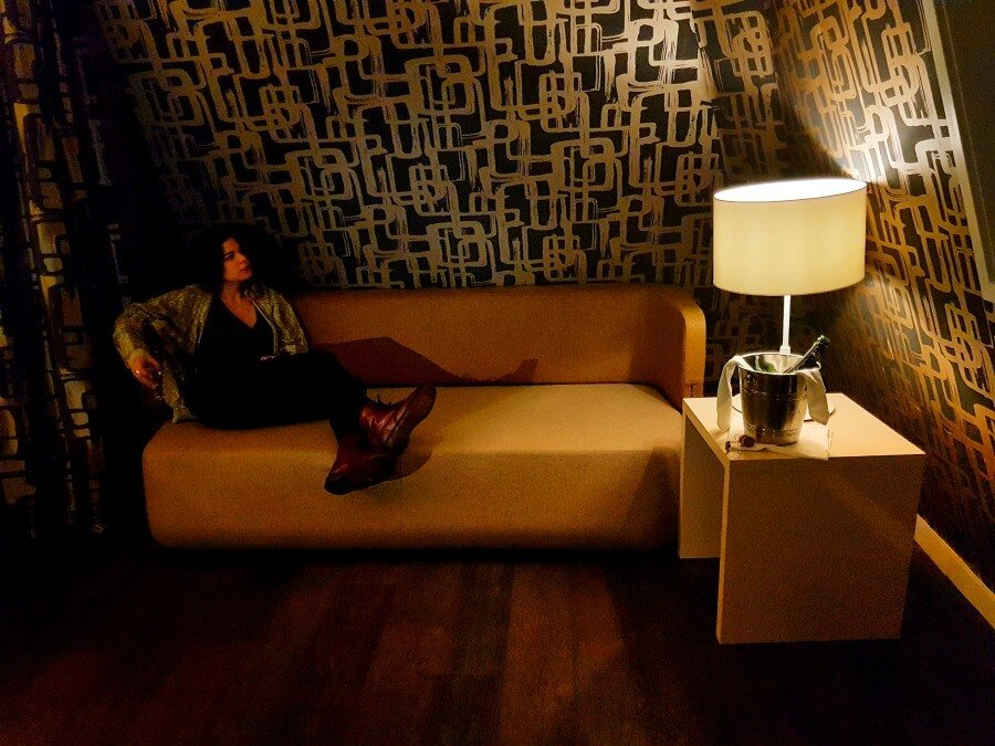 Sofá y champagne en mi habitación del Hotel The Albus de Ámsterdam