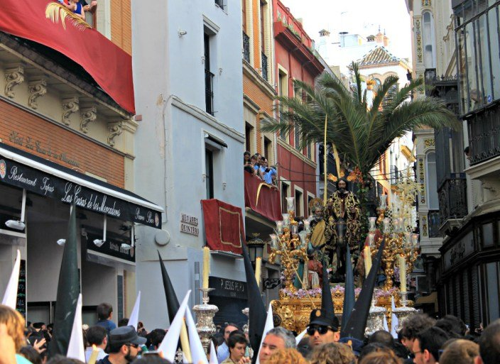 La Borriquita de Sevilla en la calle Álvarez Quintero