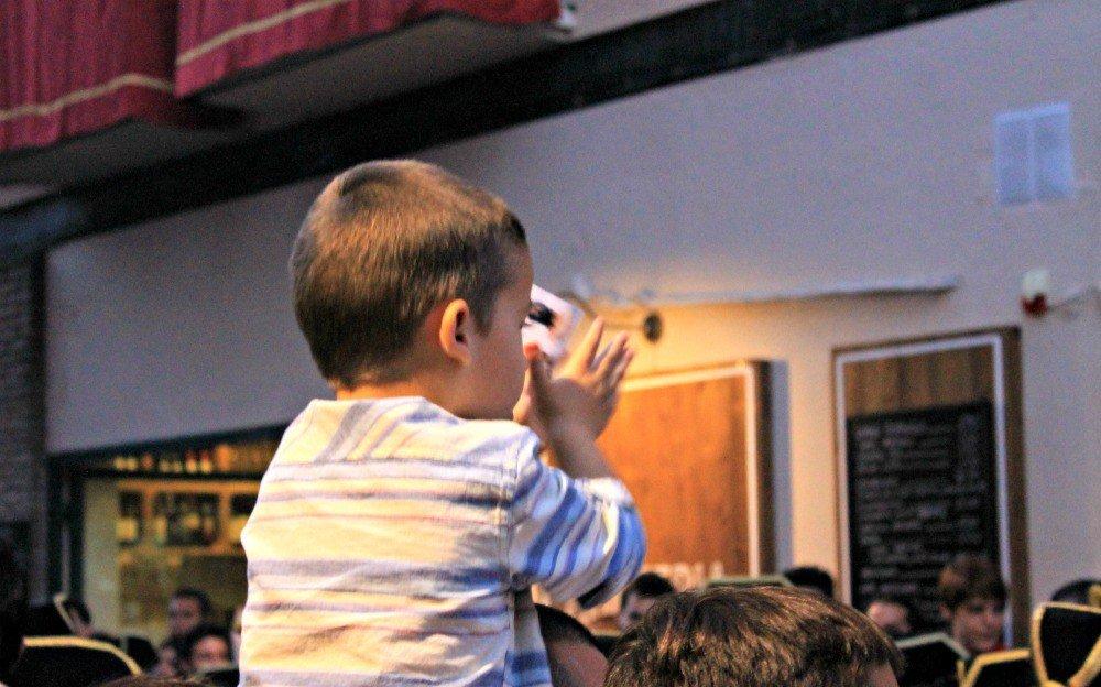 Niño aplaudiendo en Semana Santa