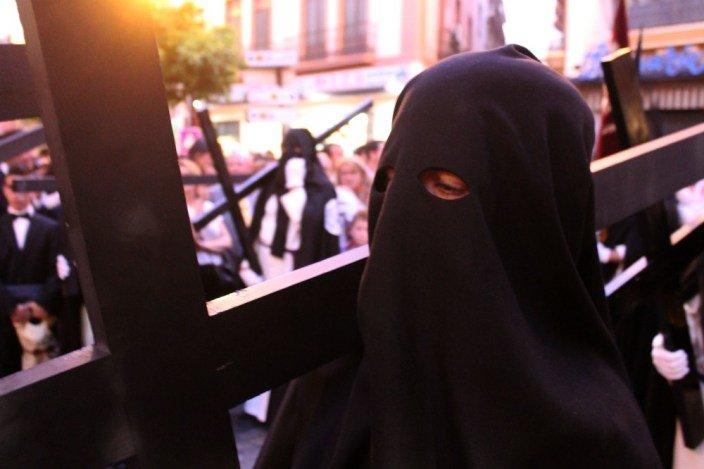 Penitente con su cruz - Datos curiosos de la Semana Santa de Sevilla