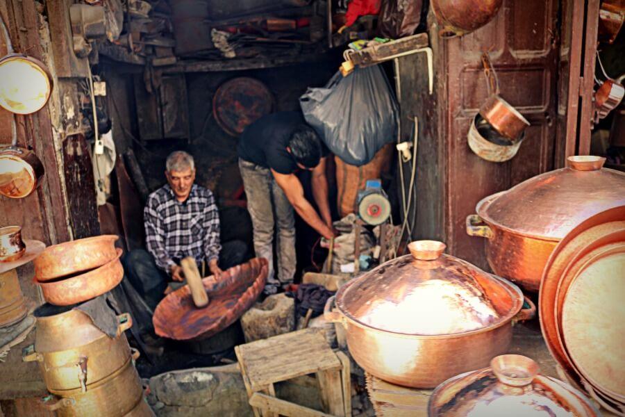 Artesanos del cobre en la Plaza Seffarine de Fez