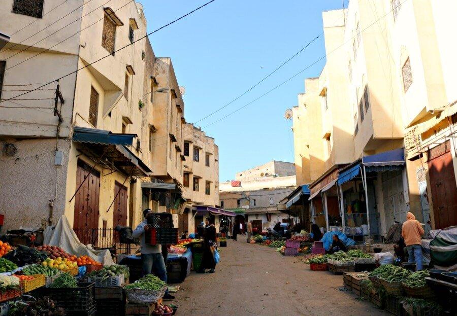 Barrio de los Andaluces de Fez con mercados en sus calles