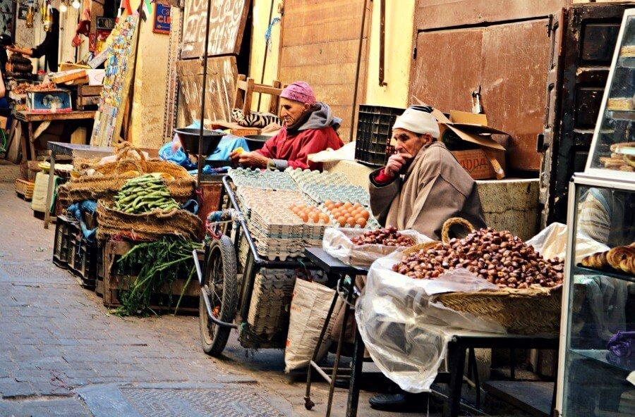 Hombres vendiendo en la Medina de Fes