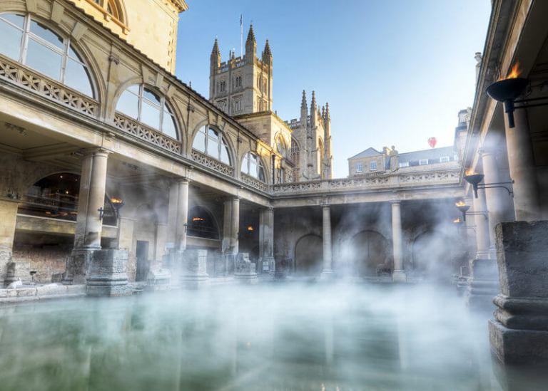 Balneario con la Abadía de Bath de fondo - Foto de VisitBritain