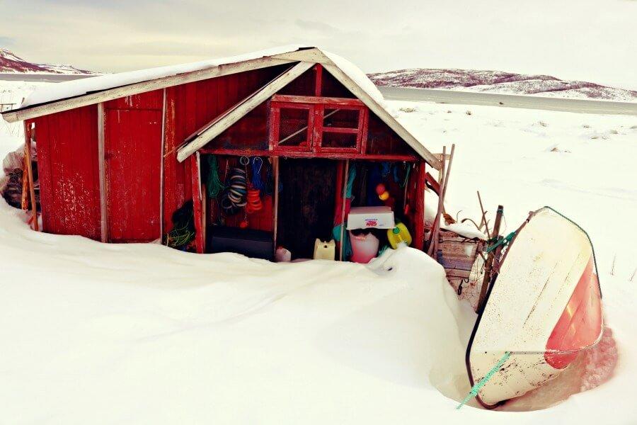 Cabaña de madera en la nieve